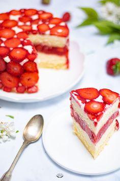 Le fraisier de Yann Couvreur Yann Couvreur's strawberry plant, a sponge cake, a mousseline cream, a generous strawberry filling. Here is the detailed recipe for Yann Couvreur's strawberry plant. Strawberry Filling, Strawberry Plants, Strawberry Desserts, Fancy Desserts, Fancy Cakes, Cake Recipes, Dessert Recipes, French Pastries, Sponge Cake