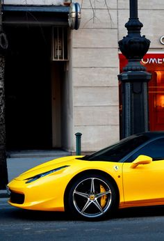 Kwantiteit contrast in kleurtoon, beetje geel tegenover laag verzadigde omgeving.