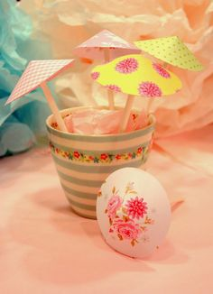 DIY Gör egna färgglada paraplyer till desserten eller drinken. Fiffiga Systrar  DIY Make your own umbrellas for a colourful dessert or a stunning drink!