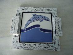 Bandeja em pátina azul e branca com detalhe de azulejo . www.elo7.com.br/esterartes