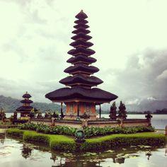 Deze hindoeïstische tempel op Bali is bijzonder fotogeniek en je hebt ze tempel dan ook ongetwijfeld wel ergens op foto's/kaarten gezien. Rondom de tempel ligt een soort parkje met een paar andere, niet heel bijzondere, gebouwen. De tempel ligt boven op een berg dus het is er altijd lekker koel.