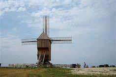 Ce moulin est situé sur les hauteurs de la commune de Valmy dans la Marne à proximité de Sainte-Menehould. Détruit lors de la tempête de décembre 1999, il a entièrement été reconstruit dans les années 2000. © Pascal Cuminetti