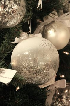 Nydelig julekule fra Riviera Maisons julekolleksjon 2015. Frostet overdel og inni ligger det mengder av glitrende sjerner.... Diameter 10cm