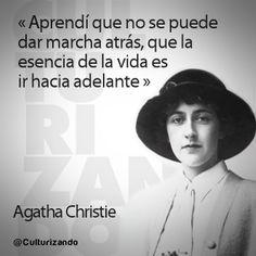 """... """"Aprendí que no se puede dar marcha atrás, que la esencia de la vida es ir hacia delante"""". Agatha Christie. Culturizando.com."""