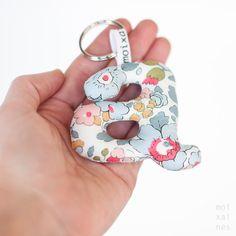 Articles similaires à Lettre avec trou porte clef - un porte-clés avec vos initiales, idéal pour accompagner vos clés, faits avec le tissu Liberty London sur Etsy