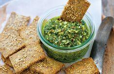 Sundt og lækkert alternativ til chips med dip. Skal det være mere spicy? Tilsæt evt. ensmule tørret chili og revet cheddar til kikse-dejen.LÆS OGSÅ:Guacamole & hummus Til 6 personer. Sådan gør du: Rengør grønkål grundigt, og skær de tykke stokke fra. Kom alle ingredienserne i en blender, og blend, indtil pestoen er ensartet. Smag til med slat og peber. Bland alle ingredienserne i en skål, og rør dejen godt sammen. Rul derefter dejen ud mellem to stykker bagepapir. Ellers klistrer det...