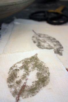 Mettre des clous dans du vinaigre et laisser rouiller ! Quand vinaigre a une belle couleur rouille, conserver dans un bocal.Le jour de l'atelier, mettre environ 1 càs du mélange dans 1 l d'eau.Ramasser feuilles vertes à fort tanin. Poser sur tissu uni la feuille et taper avec marteau bois ou caoutchouc.Quand empreinte est sur le tissu, le plonger dans une bassine. Sortir le tissu au bout de qq secondes (plus vous le laisserez, plus ça foncera).Rincer, faire sécher et repasser c'est prêt