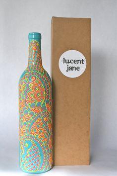 Botella de vino pintada mano florero, por ciclos, plata y púrpura Cuando la vida te da un montón de botellas vacías de vino, hacer bonitos jarrones!