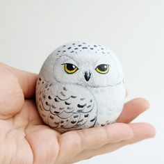 Snow owl stone painting, Stone Art Paint by Acrylic Colour, Unique. - Snow owl stone painting, Stone Art Paint by Acrylic Colour, Unique. Source by tammychearon - Painted Rock Animals, Painted Rocks Craft, Hand Painted Rocks, Painted Pebbles, Painting Animals On Rocks, Painted Garden Rocks, Painted Stones, Painted Wood, Crafts With Rocks
