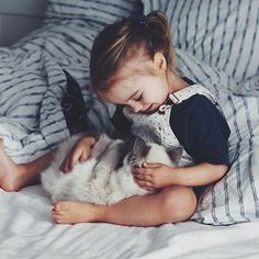 I love my kid. And i love my cats. Together it's the most heartmelting thing in my life. ever.❤ #kidsandcats #whpbettertogether #cantgetover #mybaby #soulshine #letthembelittle #lovethemdonteatthem #vegankids #sundaymood #kidsfashion #catsofinstagram @instagram