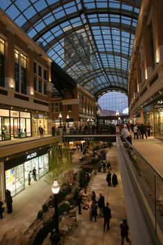 City Creek Center opened on in downtown Salt Lake. It's the country's first shopping mall with a retractable glass roof. Shopping Mall Interior, Shopping Malls, Shopping Mall Architecture, Commercial Street, Centre Commercial, Salt Lake City News, Mall Design, Street Mall, Glass Roof