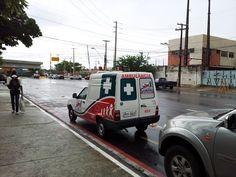 Denúncia- Ambulância do Município de Cumaru estacionada em ciclovia em Recife Flagramos um ambulância do Município de Cumaru, Região Agreste de Pernambuco, estacionada em uma ciclovia na Av. república Árabe Unida, no bairro do Pina em Recife. Esta avenida fica próxima ao Shopping Rio Mar, no entanto a Policlínica do Pina também fica próxima. Perguntamos: Será que o pessoal da ambulância está socorrendo alguém na policlínica ou passeando no Shopp sexta-feira, 14 de junho de 2013