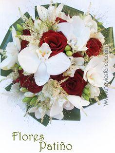 Ramillete de hermosas orquídeas blancas y llamativas rosas rojas