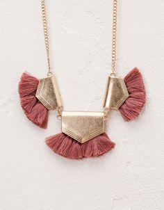 Collar esmalte y flecos. Descubre ésta y muchas otras prendas en Bershka con nuevos productos cada semana