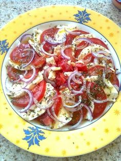 Tomatensalade Met Mozzarella recept | Smulweb.nl Italian Chopped Salad, Chopped Salad Recipes, Clean Eating Meal Plan, Clean Eating Recipes, Tapas, Bacon Ranch Pasta Salad, Nutrition Meal Plan, Spinach Strawberry Salad, Food Inspiration