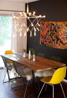 déco salle à manger avec un lustre design chic, chaises jaunes
