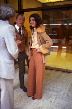 Jackie Onassis with Stephen Smith Jackie Onassis talking with Stephen Smith in Manhattan. She wears a fur trimmed, cable knit sweater cardigan. Date Photographed:October 1973 Jacqueline Kennedy Onassis, Estilo Jackie Kennedy, Bianca Jagger, Jane Birkin, Marie, Brigitte Bardot, Diana Ross, Celebs, Outfits