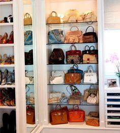 Dormitorio | PASARELA DE BOLSOS Si tienes muchos bolsos, dedica un armario entero solo para ellos.