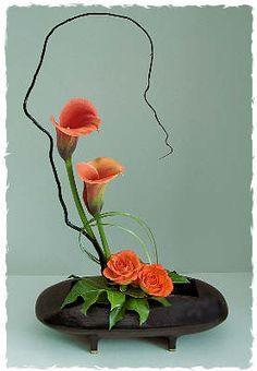 30 Pictures of Japanese Art Of Flower Arrangement, Ikebana Rosen Arrangements, Ikebana Flower Arrangement, Modern Flower Arrangements, Arte Floral, Deco Floral, Floral Design, Calla Lillies, Calla Lily, Flower Show