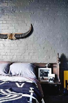 chambre style industriel avec décoration murale en cornes de buffle