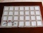 Naperon/caminho mesa com quadrados de linho e crochet