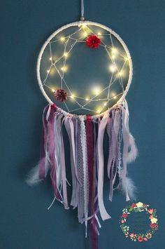 Attrape rêves - Capteur de rêves - Dreamcatcher lumineux. Style boho chic, tons rose et fushia, rubans organza, perles, plumes, fleurs en tissu. Guirlande lumineuse. Déco mariage, salon, chambre.