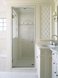 Small White Bathroom Interior Design Ideas With Enclosed Shower. #Interiordesign