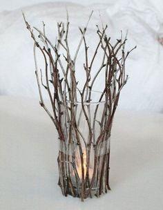 Portavelas con un vaso y ramas secas