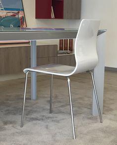 Sedia modello Endless colore Tortora con gambe cromate. #tavolo #sedia #scavolini #table #chair #cucina #kitchen #cucinamoderna #vetro #scavolinikitchen #arredamento #arredamentocasa #arredamentomoderno #interiordesign #castellettiarredamenti