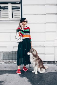 Tulle skirt Outfit to combine in everyday life, sneakers to skirt, styling tips, outfit . Rock Chic, Rock Style, Glam Rock, My Style, Red Sneakers Outfit, Skirt And Sneakers, Green Tulle Skirt, Tulle Skirts, Vestidos