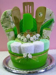 gifts Comfortable kitchen kit, necessary in every kitchen. Includes: 3 small towels cotton 5 cm x . 12 x 1 towel cotton 60 cm x 35 cm . 23 x 2 extremely absorbent microfiber towels 5 x 38 cm . 25 x 15 (do not bleach and do not iron) 2 Raffle Baskets, Diy Gift Baskets, Kitchen Gift Baskets, Basket Gift, Craft Gifts, Diy Gifts, Kitchen Towel Cakes, Kitchen Kit, Green Kitchen