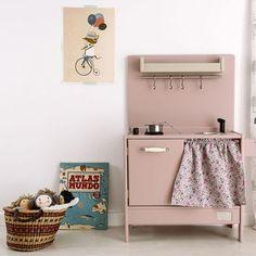Mini-kök i superhärlig puderrosa färg.
