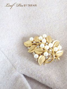 TRIFARI トリファリ フェイクパールとゴールドのリーフブローチ Gold Brooches, Vintage Brooches, Jewelry Accessories, Fashion Accessories, Jewelry Design, Balloon Garland, Stud Earrings, Pearls, Pendant