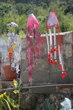 http://www.vitaimpatto1.org/2013/07/05/come-ti-riciclo-le-bottiglie-di-plastica-tende-e-scacciapensieri/