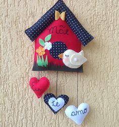 Casinha feita em feltro, ideal para enfeite de porta e vai deixar sua casa bem alegre.  Frete por conta do comprador.