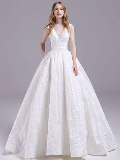 Extravagantes Brautkleid mit Spitzenapplikationen und weitem Rock. Lace Wedding Dress, Bridal Dresses, Prom Dresses, Strapless Organza, Brokat, Plus Size Wedding, Bridal Looks, Rock, Wedding Styles