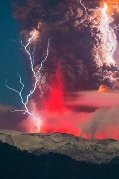 The Red Volcano Lightning Glow - Mother Nature Will Blow Your Mind All Nature, Science And Nature, Amazing Nature, Amazing Art, Beautiful Sky, Beautiful World, Beautiful Places, Fuerza Natural, Cool Pictures
