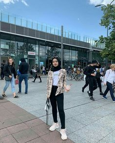 Hijab style hijab teen HijabThe particular scarf is an essential portion from the clothing of girls usin Casual Style Hijab, Style Hijab Simple, Stylish Hijab, Modest Fashion Hijab, Modern Hijab Fashion, Street Hijab Fashion, Casual Hijab Outfit, Ootd Hijab, Muslim Fashion