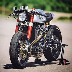 Obsessed with this bike. From the inverted front end, to the custom exhaust.. Incredible.  #cafe #caferacer #caferacerxxx #caferacersofinstagram #caferacerculture #croig #bike #bikeclub #bikelife #bratbike #moto #motorcycle #speedracer #speed #yamaha #kawasaki #honda #suzuki #hondabike #builtnotbought #custom #oneoff