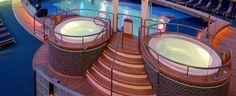 Zwei kleine Whirlpool Badewannen neben dem Schwimmbad