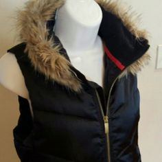 ✨HP✨GapBody Puffer Vest Black with brown fur collar. The inside lining on the bottom is a little pilly. Barely worn GAP Jackets & Coats Puffers