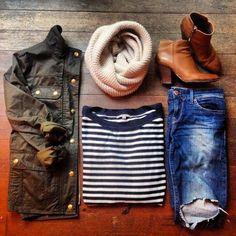 Simples e sofisticada, para quem é mais encorpada aconselho sapatilhas ou botas cano longo à médio. BY! Chic: army green #jacket + #stripes + #distressed denim + #booties. #fashion #offduty #simple #chic