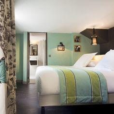 Les chambres supérieures et les suites se déclinent dans des tons vert céladon et taupe. Le mobilier est sobre et raffiné à la fois : armoire en laque noire, poufs en velours capitonné de style colonial, lanternes « pagodes » et petit mobilier asiatique.