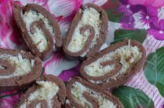 Receita deliciosa de rocambole prestígio! Massa de chocolate e leite em pó combinando perfeitamente com seu recheio de beijinho de coco. Muito fácil de fazer!