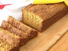 Naturligt glutenfritt bröd bakat med havremjöl. Moroten ger brödet fin färg, saftighet och god smak. Brödet innehåller ingen jäst och behöver alltså inte jäsa, vilket gör att det går... Fika, Banana Bread, Breakfast Recipes, Good Food, Brunch, Gluten Free, Favorite Recipes, Baking, Healthy