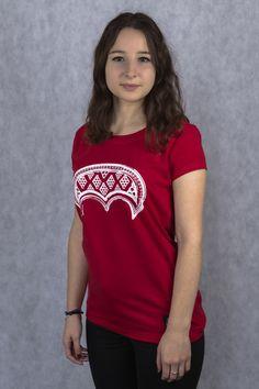 """Motyw lunuli to bardzo ważny w słowiańskiej mitologii znak księżyca – dosłownie oznacza """"mały księżyc"""". W średniowieczu kobiety nosiły ten talizman, aby uchronił je przed niepowodzeniami oraz zwiększył płodność. Lunula jest mocno związana z Matką Ziemią, tak bardzo czczoną przez słowian.  Damski T-shirt Lunula wykonany został z bawełny z domieszką elastanu."""