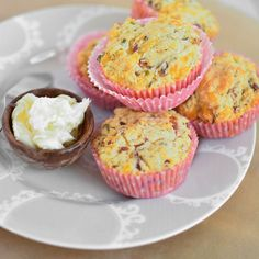 These savory muffins are the perfect wake-me-up. They are packed full of bacon, cheese and chives, and finished off with a light and sweet honey butter. Carob Chocolate, Chocolate Cake, Peanut Butter Banana Oats, Savory Muffins, Cheese Muffins, Mini Muffins, Breakfast Cookies, Banana Breakfast, Breakfast Ideas