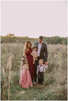 family photo outfits Beautiful posing for family of 5 Family Picture Poses, Family Picture Outfits, Photo Couple, Family Photo Sessions, Family Posing, Couple Shoot, Mini Sessions, Family Photo Colors, Fall Family Photo Outfits
