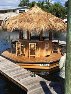 Cruisin' Tiki Party Boat Is A Booze Cruise With Polynesian Style Fun Cruisin 'Tiki Party Boat ist eine Booze Cruise mit Spaß im polynesischen Stil – Floating Picnic Table, Floating Dock, Boat Dock, Pontoon Boat, Tiki Bar For Sale, Party Barge, Bar Shed, Haus Am See, Lakefront Property
