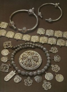 The Vikings sailed in search of wealth, land, and better lives. Medieval Jewelry, Viking Jewelry, Ancient Jewelry, Viking Garb, Viking Reenactment, Iron Age, Eslava, Viking Culture, Norse Vikings